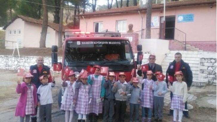 Burhaniye'de Öğrencilere Yangın Söndürme Dersi
