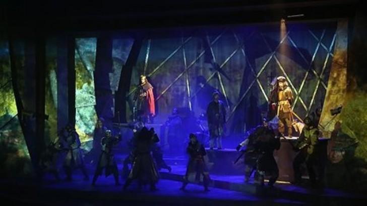 Perdeler Dolu Salona Açıldı